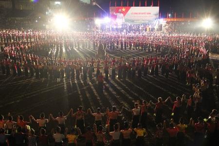 Cùng với 2.013 người tham gia múa xòe còn có 50 người của dàn nhạc cụ dân tộc.