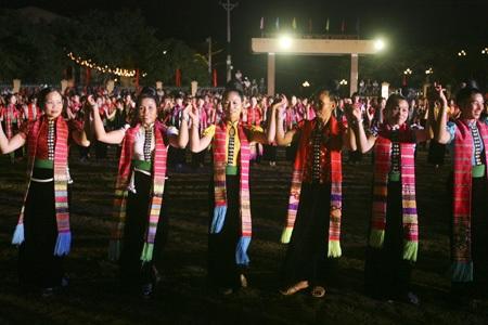 Múa xòe là một văn hóa đặc trưng của đa số đồng bào Nghĩa Lộ vốn ưa ca hát.