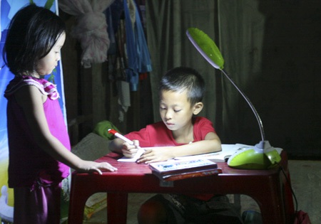 Các con của anh Thắng đều học giỏi, các bằng khen về học tập được anh treo trang trọng quanh nhà.