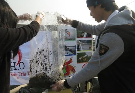 Nhiều người muốn tự tay thả cá, nhóm sinh viên lại đứng chờ để xin túi nilon, rồi cảm ơn lễ phép.