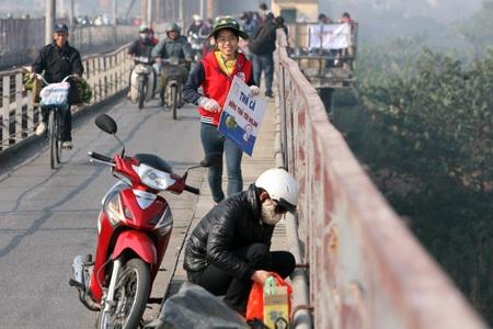 Chạy bổ đến để kịp thuyết phục người dân không vứt rác xuống sông.