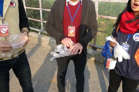 Hôm nay 23/12 nhóm sinh viên đã có mặt từ bảy rưỡi trên cầu Long Biên triển khai công việc.