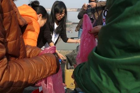 Các túi tro và cá của người dân được họ vui vẻ nhận, sau đó phân loại.