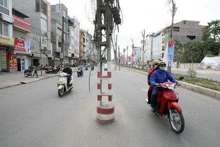 Mớ dây lủng lẳng từ các cây cột xà xuống đường.