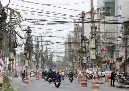 """Những cây cột điện """"quái dị"""" trên con đường mới"""