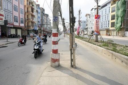 Cột không được sơn phản quang an toàn.