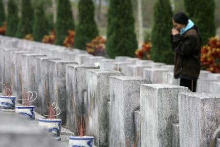 Chị Trí đã khóc khi thắp hương cho em chồng và những liệt sỹ ở nghĩa trang Vị Xuyên.