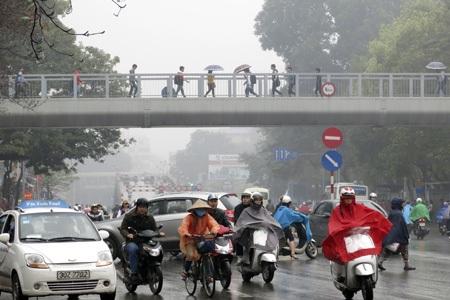 Người ra đường thường xuyên với áo mưa.