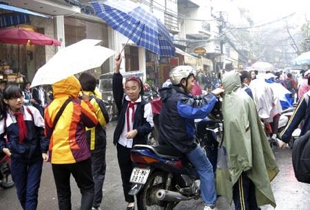 Phụ huynh và học sinh đều vất vả vì thời tiết.