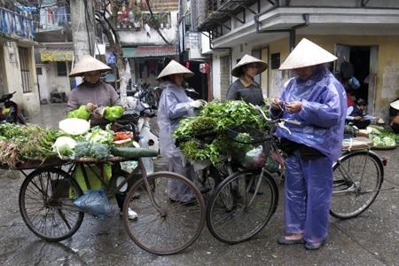 Những người bán hàng dầm mưa.