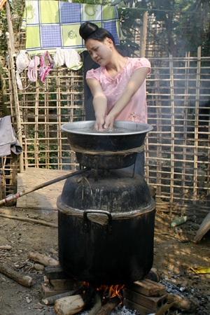 Một cô gái người Thái đã có gia đình qua dấu hiệu mái tóc được búi kiểu tằng cẩu.