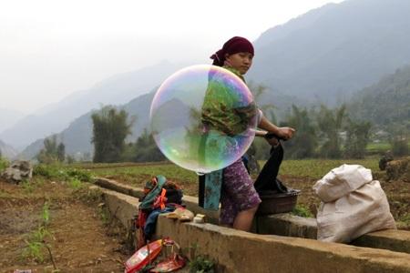 Cô gái đang giặt với bong bóng xà phòng bay tứ tung ở xã Lùng Tám huyện Quản Bạ, Hà Giang.