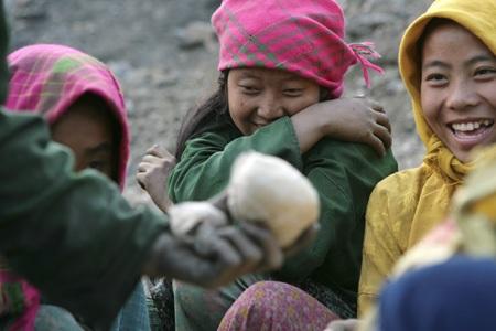 Các cô gái Mông với khuôn mặt đầy bụi quặng tại một mỏ quặng ở huyện Yên Minh, Hà Giang.