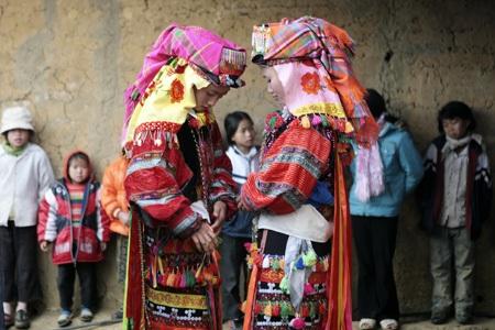 Các cô gái Lô Lô mặc trang trang phục truyền thống.