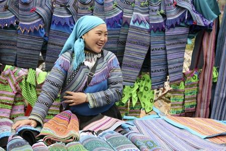 Cô gái Mông bán hàng ở chợ Cán Cấu, Lào Cai.