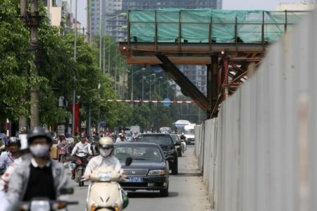 Các kết cấu thi công trên tuyến đường có nơi chỉ cao 3,5m chìa ra ngoài lòng đường.