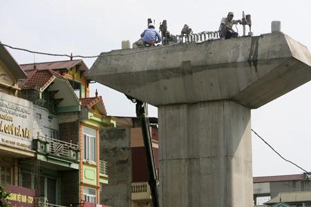 Các công nhân đang thi công tuyến đường sắt đô thị khu vực hà Đông.