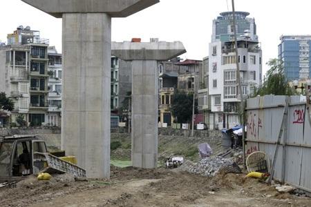 Một dãy nhà vẫn còn đứng chắn ngang tuyến đường tại điểm nhà ga Cát Linh.