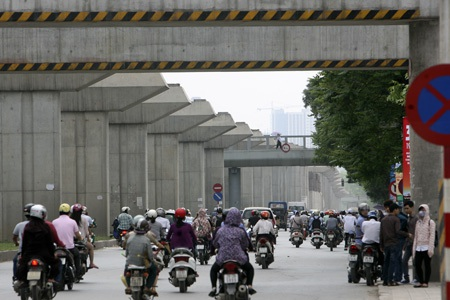Đoạn đầu tiên bắt vào đường Nguyễn Trãi sau khi vắt qua sông Tô Lịch.