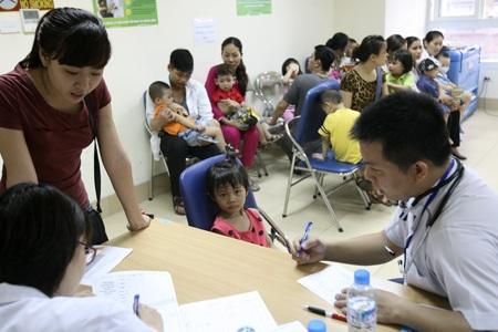 Tại khu vực tiêm phòng sởi miễn phí cho trẻ từ 2 - 6 tuổi.
