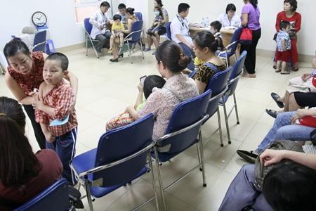 Đa số cha mẹ khi đưa trẻ đến tiêm phòng sởi đều rất lo lắng khi dịch đang diễn biến nguy hiểm.