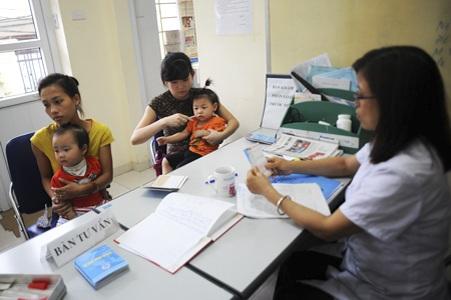 Trong khi đó, các trạm y tế của phường cũng có rất đông ch mẹ đưa con đi tiêm phòng sởi.
