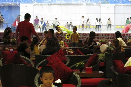 Nơi đây thường thu hút khách gia đình đến nghỉ ngơi mua sắm vì rất được trẻ em yêu thích.