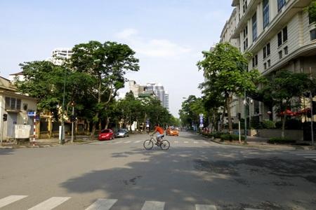 Đường phố vắng vẻ như ngày tết.