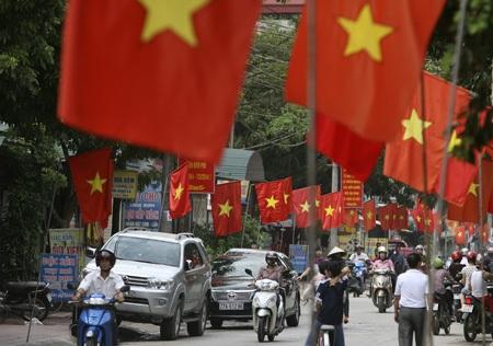 Những con đường của thành phố Điện Biên Phủ với hàng nghìn lá cờ đỏ rực rỡ