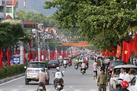 Đường Võ Nguyên Giáp với màu cờ đỏ rực