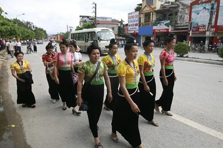 Những phụ nữ Thái trên đường phố Điện Biên Phủ