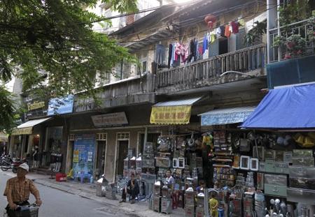 Ngôi nhà số 14 Trần Hưng Đạo được xây dựng từ 1930 nằm sát chợ Hà Đông lúc nào cũng đông đúc.