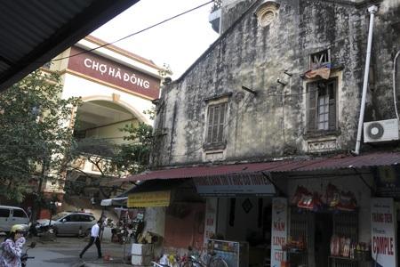 Cạnh chợ Hà Đông mới được xây dựng, các khu phố còn giữ được khá nhiều ngôi nhà cổ.