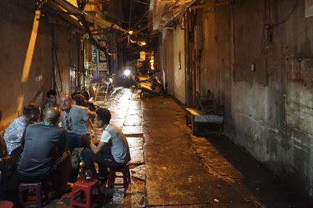 Những vị khách tây đang trò chuyện rôm rả trong một ngõ nhỏ phố Tạ Hiện.