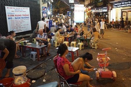 Các quán ăn vỉa hè rất hấp dẫn khách du lịch trên phố Mã Mây.
