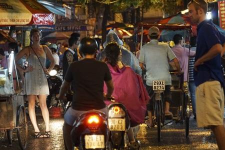 Hai vị khách nước ngoài đang rất khó khăn trong việc sang đường ở một phố đi bộ.