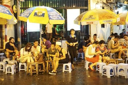 Các quán vỉa hè không chỉ hấp dẫn Tây mà còn là nơi ăn chơi rất ưa thích của giới trẻ Hà Nội.
