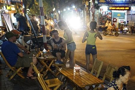 Số lượng quán bar có ở khắp các tuyến phố cổ, nhắm đến khách nước ngoài.