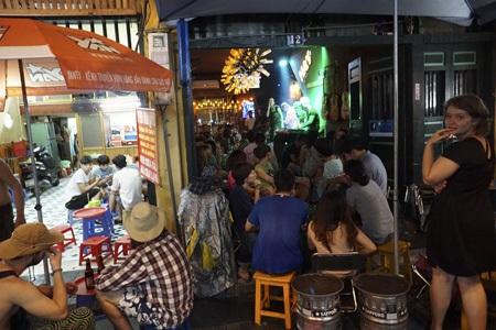 Một quán bar phố Tạ Hiện có phục vụ âm nhạc rất thu hút giới trẻ.