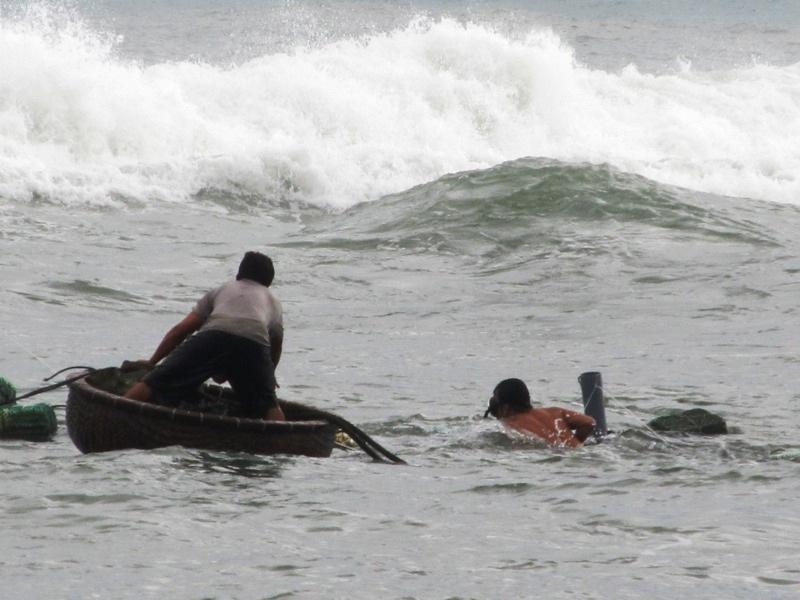 Người dân tỉnh Phú Yên chuẩn bị bao tải cát chống nhà cửa