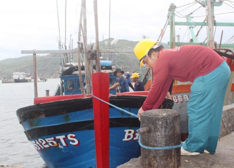 Ngư dân vào Cảng ca Quy Nhơn neo đậu tránh bão số 4