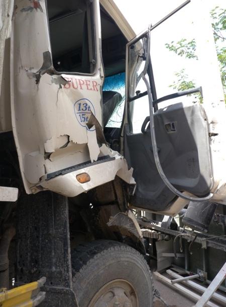 Đầu xe tải chở đất bị bẹp dúm, tài xế bị thương kẹt trong cabin