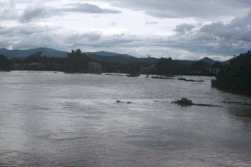 Nước trên sông Hà Thanh dâng cao nhiều khu vực dân cư bị ngập.