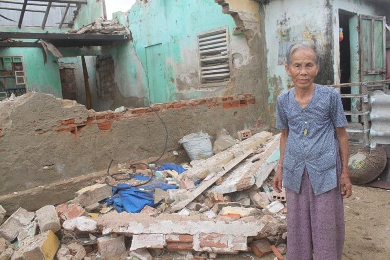 Bà Huỳnh Thị Tòng (75 tuổi, xã Phước Thuận) trước ngôi nhà bị sập do bão số 4