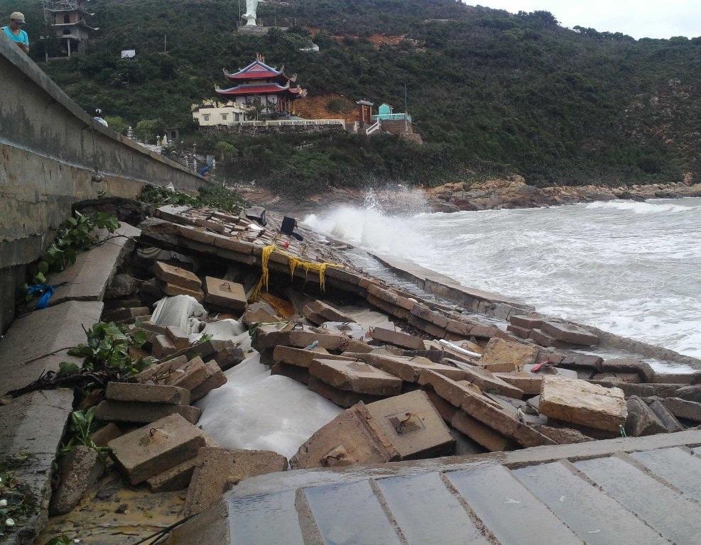 1 đoạn kè ở xã Nhơn Lý bị sóng đánh hư hỏng nghiêm trọng