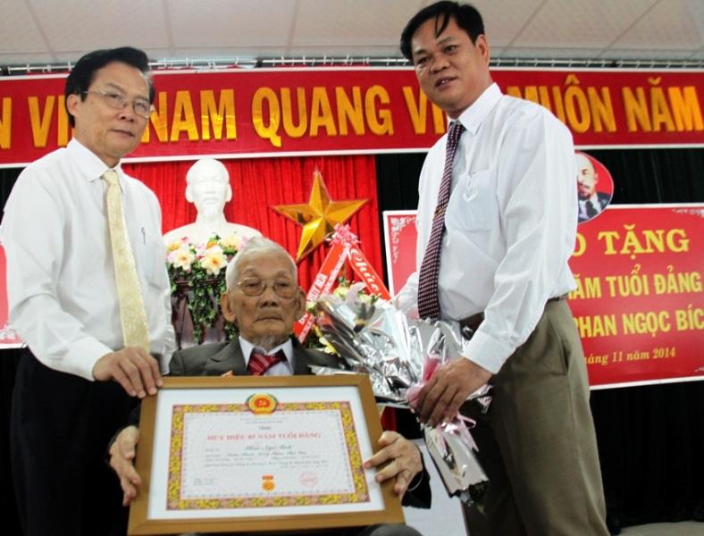 Lãnh đạo tỉnh Phú Yên trao Huy hiệu 85 năm tuổi Đảng cho cụPhan Ngọc Bích