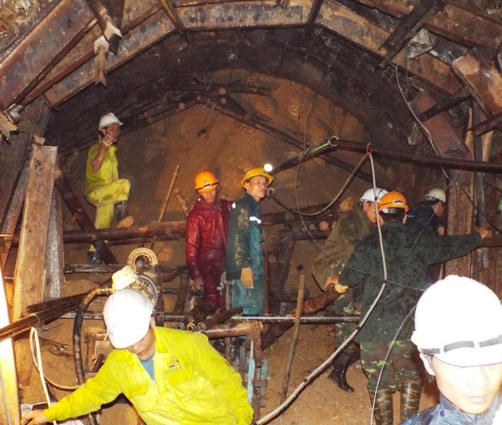 Trong hầm các lực lượng cứu hộ đang nỗ lực tiếp cận các công nhân bị mắc kẹt
