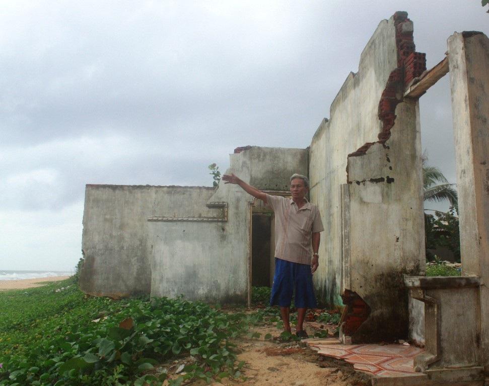 Ông Ninh bao năm sống chứng kiến cảnh nhà dân bị biển, sông xâm thực nhà cửa sập, không thể ở