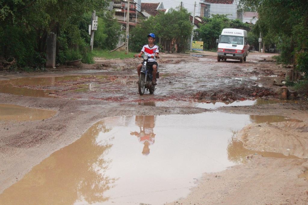 Đoạn qua thôn Kiên Ngãi, xã Bình Thành là hư hỏng nặng nhất