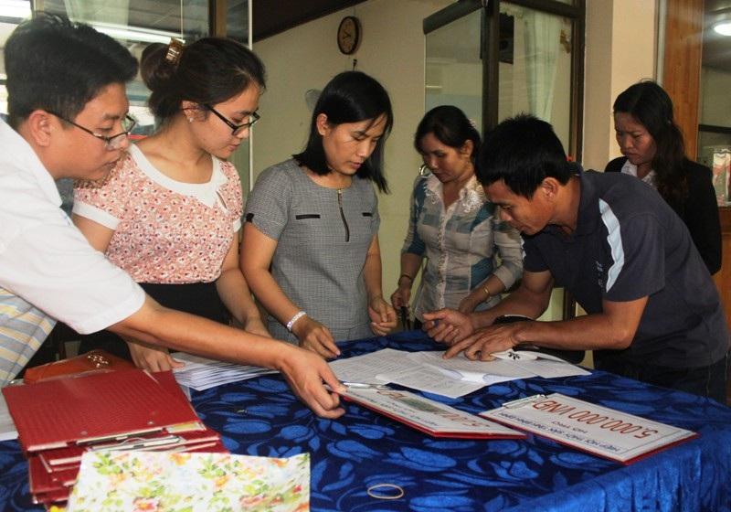Ngư dân phấn khởi ký nhận tiền hỗ trợ rủi ro trên biển